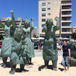 Denizcilerin arkasından ağlayan kadınlar heykel grubu